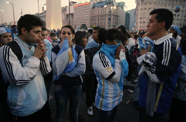 Trái với không khí sôi động nhiệt tình trước khi trận đấu diễn ra, các fan Argentina