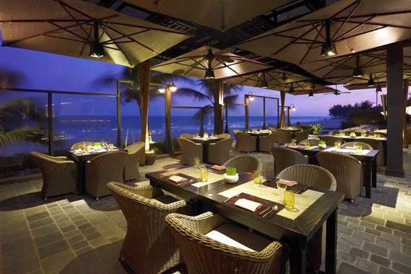 khu nhà hàng được bố trí ngoài trời cùng các tiện nghi cao cấp vừa sang trọng vừa rất lãng mạn.