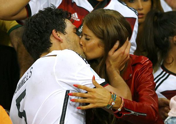 Ngay khi tiếng còi kết thúc trận đấu vang lên, Mats Hummels chạy ngay tới khu vực khán đài nơi bạn gái Cathy Fischer đang đứng và hai người hôn nhau đắm đuối như thể không có ai xung quanh.