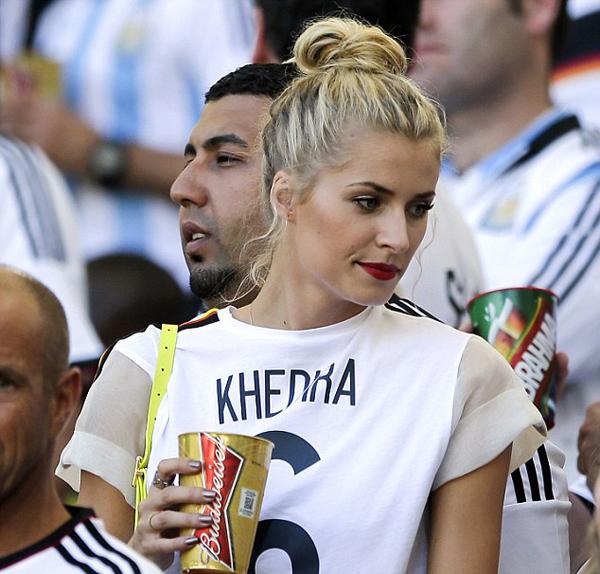 Lena, bạn gái Khedira lúc nào cũng tươi tắn và nổi bật.