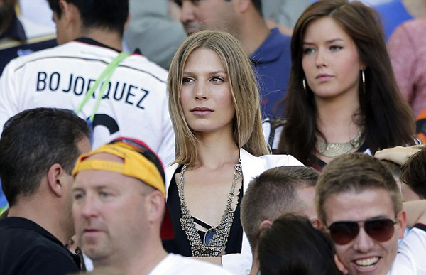 Sarah Brandner có lúc rất lo lắng vì ở dưới sân bạn trai Schweinsteiger liên tục bị phạm lỗi.