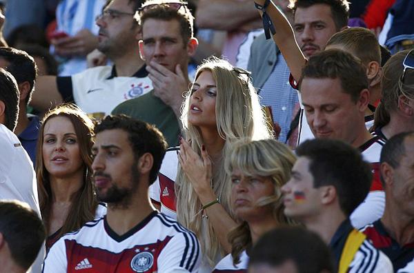 Vợ Klose đứng cùng cô bạn gái tóc vàng Lisa của thủ môn dự bị Roman Weidenfeller