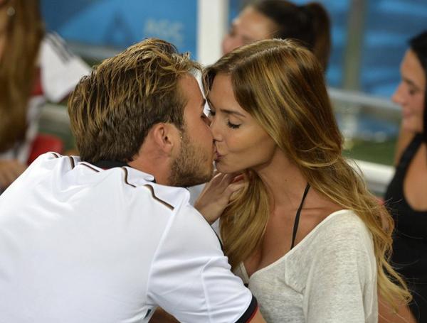 Hot boy Mario Gotze, người ghi bàn thắng duy nhất ở hiệp phụ mang về chức vô địch cho tuyển Đức, được cô bạn gái xinh đẹp hơn 3 tuổi Ann Kathrin Vida tặng một nụ hôn nồng nàn.