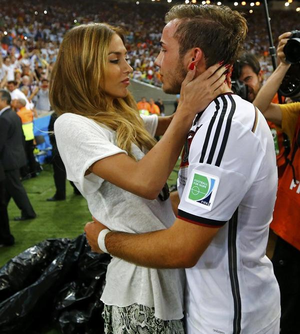 Cả hai ôm nhau lãng mạn, không để ý tới một 'rừng' ống kính ở xung quanh.