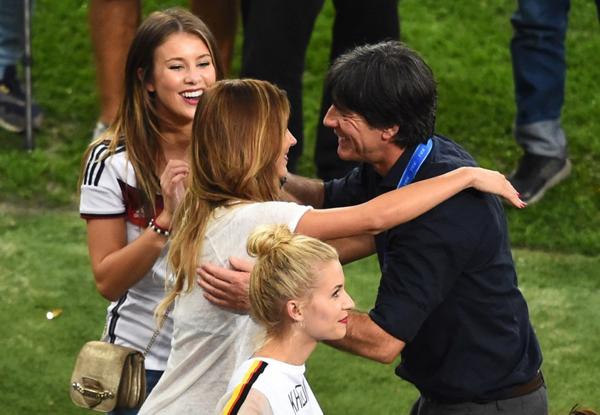 Vợ, bạn gái các tuyển thủ Đức cũng không quên ôm hôn chúc mừng HLV Joachim Low.