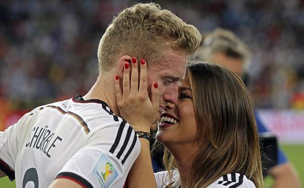 Schurrle nức nở trong vòng tay bạn gái.