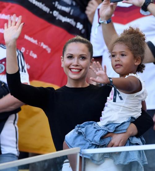 Bạn gái Ozil bế con gái Jerome Boateng.