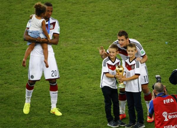 Các em bé nhà Boateng và Klose được bố mẹ cho xuống sân ăn mừng.