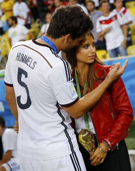 Mats Hummels bên bạn gái xinh đẹp.