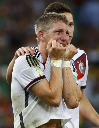 Tiền vệ Bastian Schweinsteiger không kìm được cảm xúc, khóc như một đứa trẻ