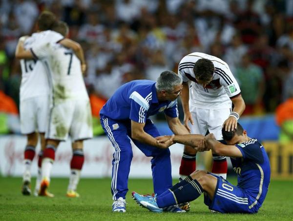 Sergio Aguero suy sụp, khóc như mưa dù ban huấn luyện và các đồng đội ra sức an ủi.