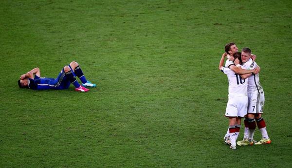 Aguero nằm vật ra sân khóc nức nở