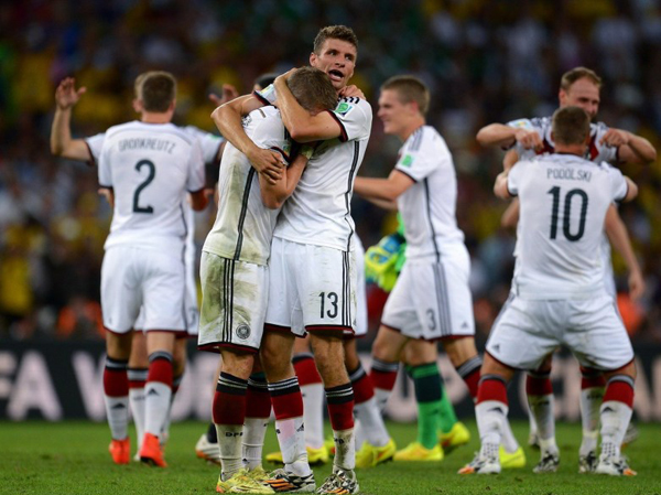 Ngôi sao Munich úp đầu vào ngực đồng đội Muller thổn thức không nguôi.