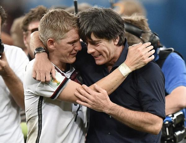 Schweinsteiger vẫn không ngừng rơi lệ khi ăn mừng cùng HLV Joachim Low.