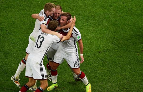 Howedes không giấu được những giọt nước mắt vui sướng khi ôm các đồng đội ăn mừng.