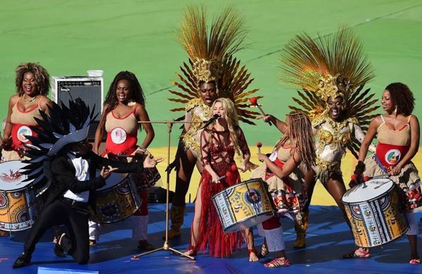 Giọng ca đến từ Colombia chiêu đãi fan các màn lắc hông uyển chuyển, điệu nghệ.