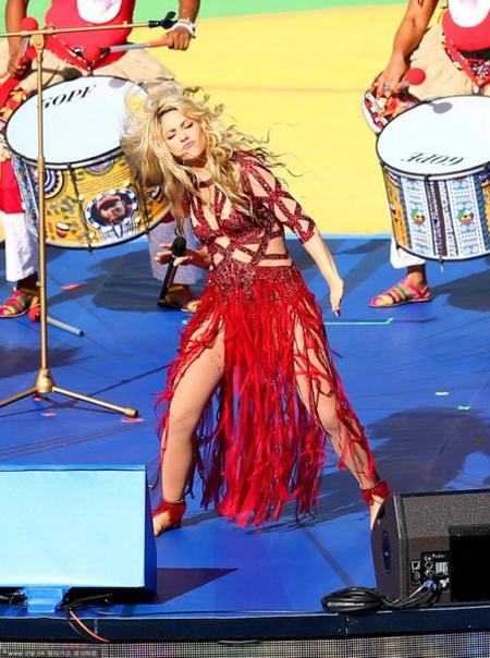 Chỉ ít phút trước, Shakira biểu diễn máu lửa trên sân ca khúc La La La.