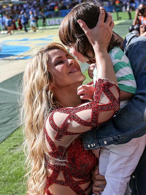 Nữ hoàng nhạc Latin tự hào ngắm nhìn con trai trong khi bé Milan cũng có vẻ rất vui khi gặp lại mẹ.