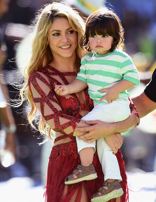 Shakira bất ngờ xuất hiện trở lại, bế theo cậu con trai Milan khi lễ bế mạc World Cup kết thúc.