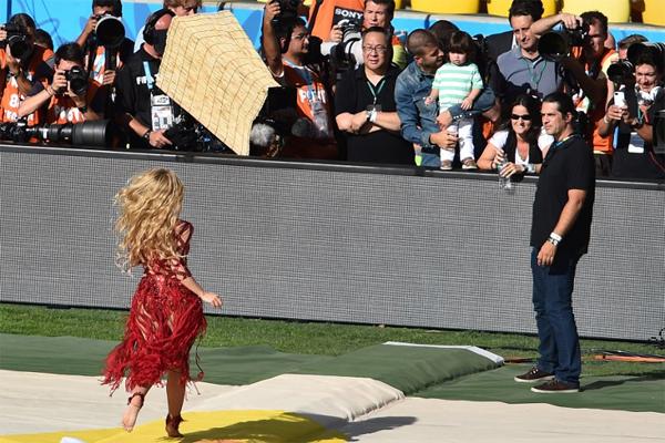 Shakira chạy như bay tới chỗ hai bố con Pique đang đứng.