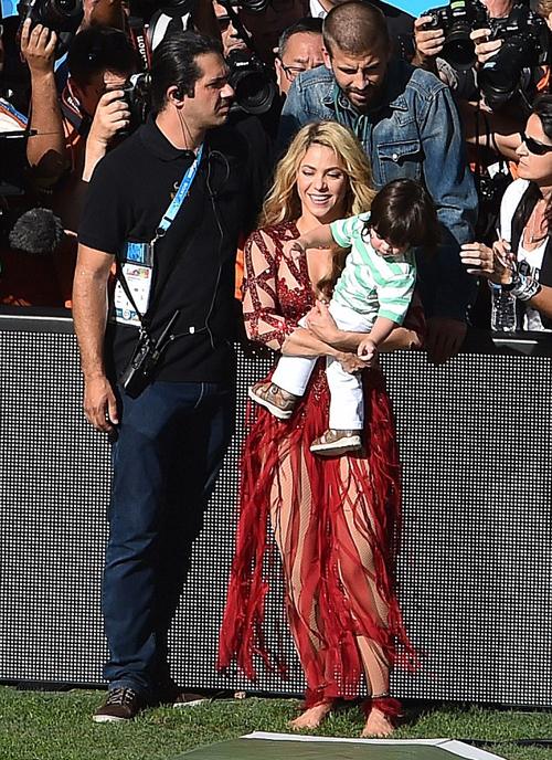 Ngôi sao người Tây Ban Nha đứng lẫn trong nhóm phóng viên tác nghiệp trên sân, trông con để bạn gái biểu diễn.