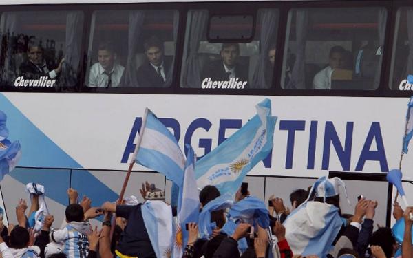 Chiếc xe bus lớn chở Messi và các đồng đội đi giữa rừng người