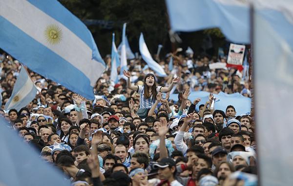 Hàng nghìn người đổ xô ra đường chào đón các cầu thủ con cưng như thể họ vừa giành chức vô địch.