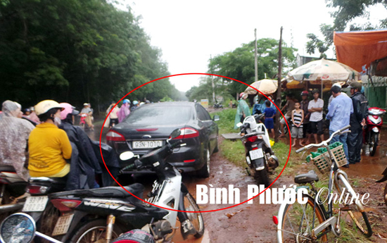 Xe hơi của ông Huệ và chiếc xe máy của chị Thủy bị chặn bên lề đường