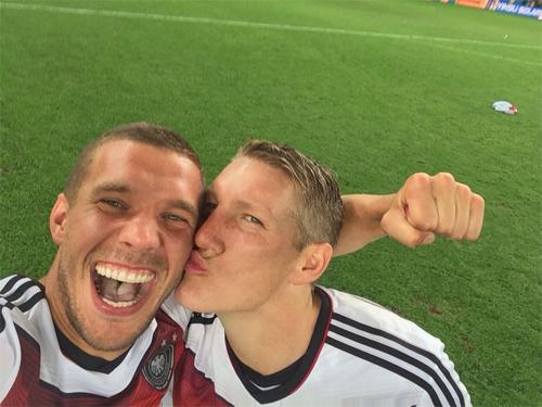 Bức ảnh hot của Podolski và Schweinsteiger.