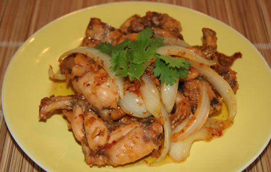 Ếch xào sa tế dùng với cơm nóng trong những ngày mưa là món ăn ngon miệng mà bạn nên thử.