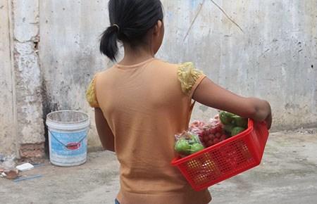 au khi bà D. trả cho mẹ, hằng ngày cháu Tr. vẫn đi bán vé số, trái cây cùng mẹ.