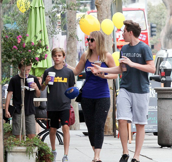 Cô bảo mẫu trẻ cũng đi cùng bố con Becks.