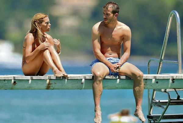 Hai năm trước, cũng ở trên chiếc cầu gỗ nhỏ xinh này, người ngồi cạnh Van der Vaart là vợ cũ nóng bỏng Sylvia.