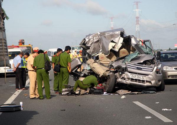Đến 9h, công an mới hoàn tất khám nghiệm hiện trường, chiếc xe bị nạn được cẩu đi để điều tra.
