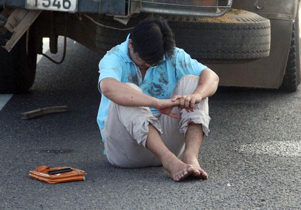 o dính đầy máu và còn rất hoảng loạn, tài xế Sơn nói với cảnh sát giao thông rằng không nhớ xe chở bao nhiêu khách và vì sao lại gây tai nạn.
