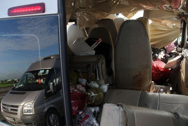 Trái cây, hành lý của khách trên xe bị xáo trộn.