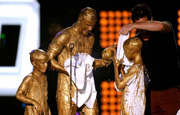Một nhân viên ban tổ chức giải mang khăn cho ba bố con Becks lau mặt.