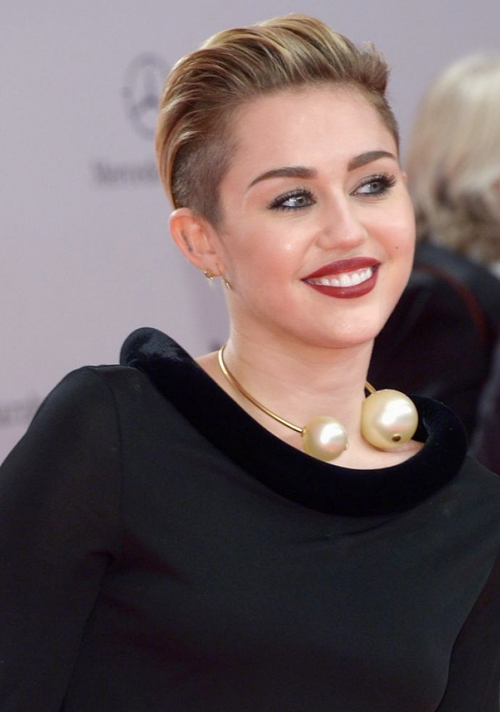 miley-cyrus-at-2013-bambi-awar-7774-4012