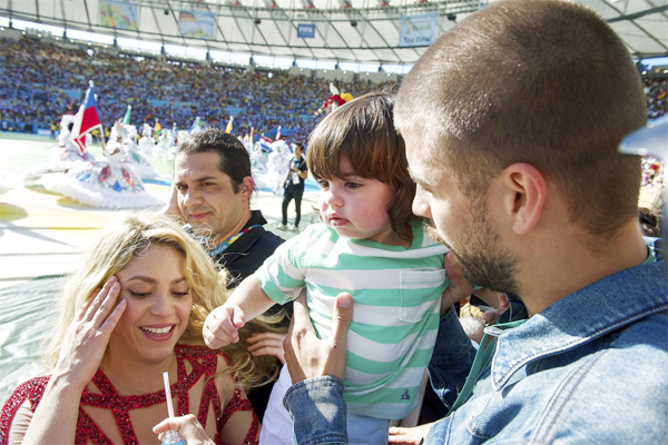 Gerard Pique bế bé Milan xem bạn gái biểu diễn bên ngoài sân.