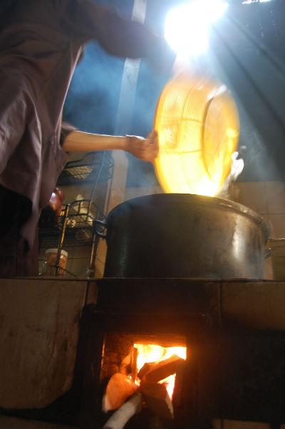 Hơn 20 dân làng đã tham gia vào việc nấu cao nhầm lẫn tai hại,