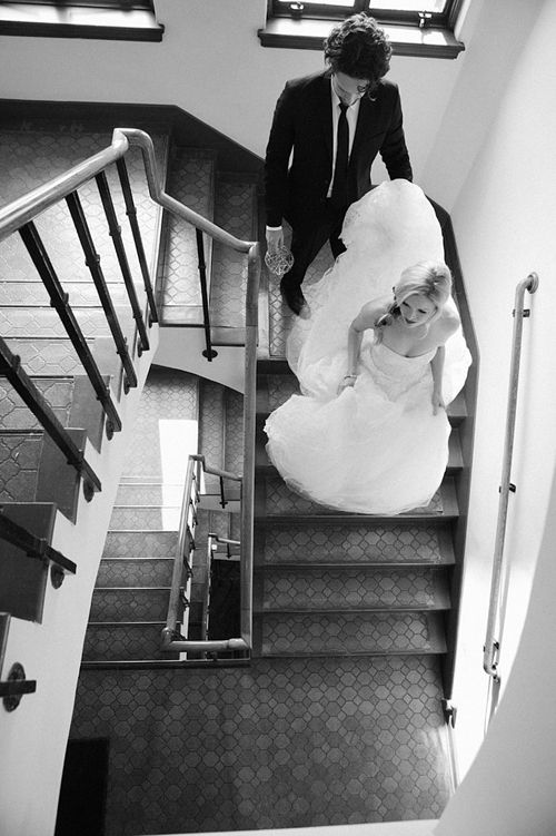 Mọt khoảnh khắc thiêng liêng khó quên nhất chính là giây phút chú rể dẫn cô dâu buo
