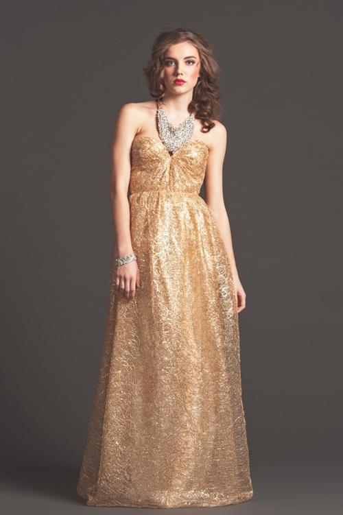 Cô dâu cũng có thể tham khảo bộ váy cưới màu vàng đồng sang trọng của