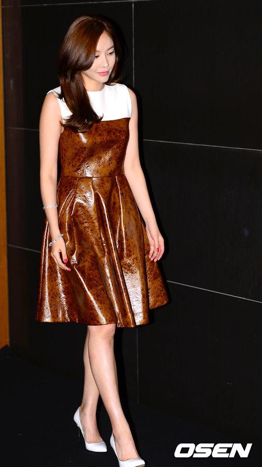 Kim Ah Joong xuất hiện tại một sự kiện diễn ra tối 24/7, cô diện bộ váy da bắt mắt và thu hút sự chú ý bởi vẻ đẹp sang trọng.