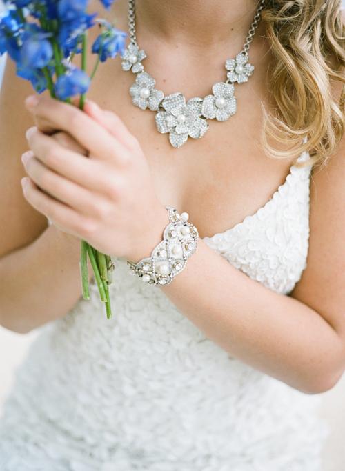 Chọn lựa thích hợp nhất là dây chuyền to bản, bắt mắt. Cô dâu có thể kết hợp thêm khuyên tai và vòng tay đồng bộ.