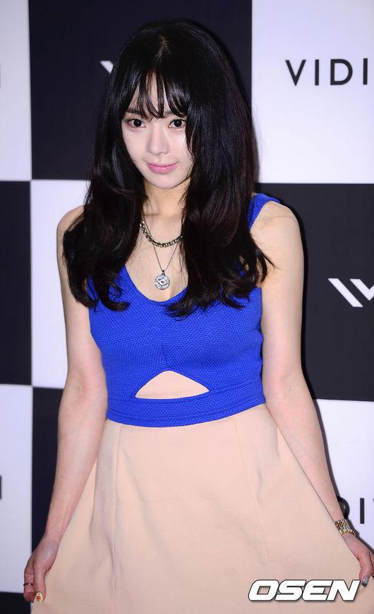"""""""Người đẹp dao kéo"""" Seo Woo cũng góp mặt tại hoạt động. Cô"""