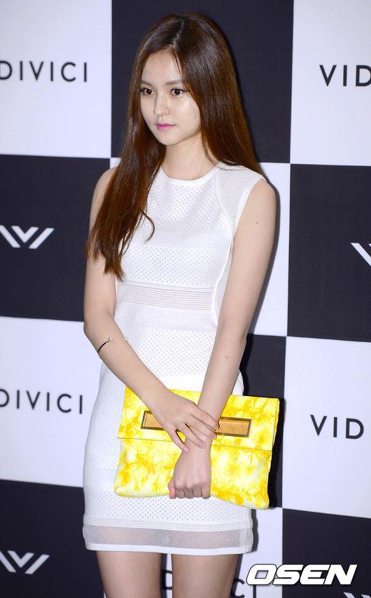 Kim Yoon Hye dự sự kiện với phong cách trẻ trung, hiện đại.
