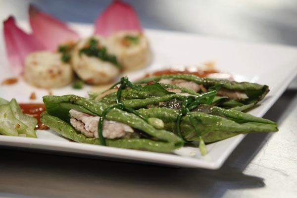 Võ Việt Vũ đã gây ấn tượng với ban giám khảo bởi một món ăn dân dã của Đồng Tháp, đó là Cá lóc nướng cuốn lá sen non.