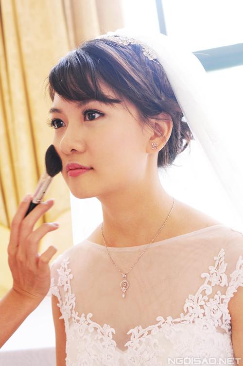 Cô dâu có nhược điểm mũi hơi to nhưng chuyên gia cho biết, đánh khối mũi đậm sẽ khiến khuôn mặt cứng và giả, đánh sắc độ vừa phải sẽ tạo ra sự tinh tế cần thiết.
