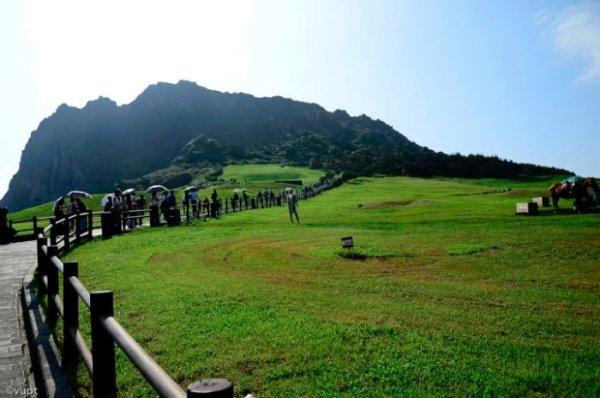 Nếu Jeju là thiên đường tình yêu của Nhật Bản thì Seongsan Ilchulbong là tâm điểm của thiên đường ấy. Được ví như một viên ngọc giữa biển khơi, đỉnh núi này là nơi đón mặt trời đầu tiên và cũng là nơi đẹp nhất của đảo Jeju.