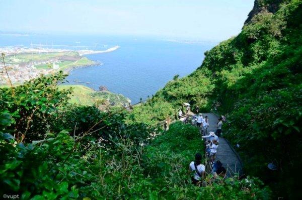 Phóng tầm mắt nhìn xuống dưới là thành phố bên bờ biển trên đảo Jeju tựa như một bức tranh thủy mặc.